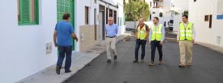 El consejero de Obras Públicas del Cabildo supervisa el reasfaltado de varias calles en Punta Mujeres