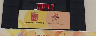 El Cabildo instala un nuevo marcador electrónico en el Pabellón del IES Blas Cabrera Felipe