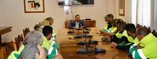 El vicepresidente del Cabildo recibe a los trabajadores de la empresa que limpia los márgenes de las carreteras insulares